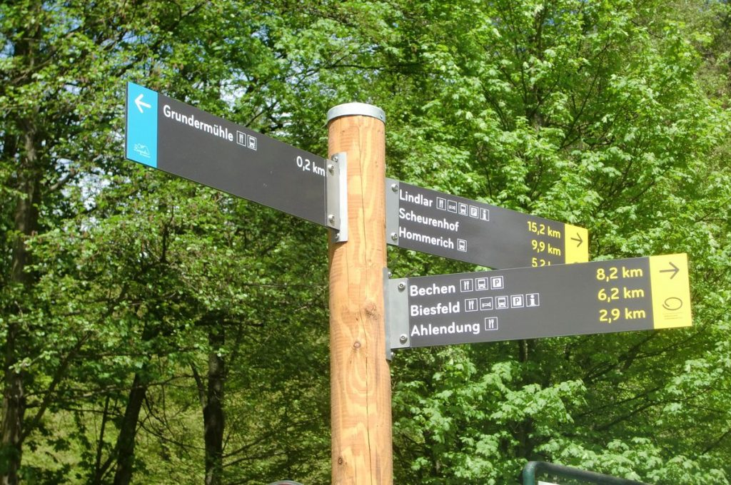Bergischer Panoramasteig-Vollwegweiser bei Kuerten-Olpe